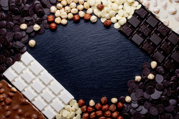 Bannière rustique de luxe chocolats faits à la main et trois types de chocolat avec vignette et espace de copie.