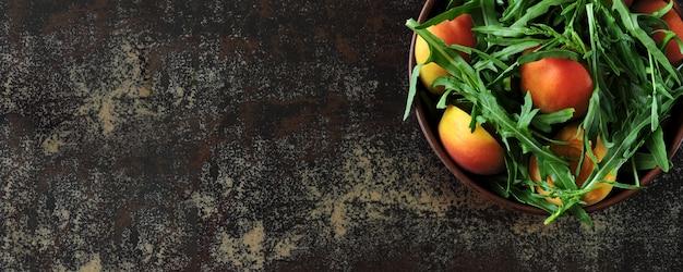 Bannière. salade de roquette saine abricot