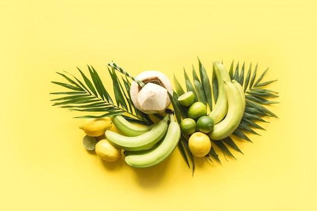 Bannière tropicale de fruits, banane, citron vert, feuilles de palmiers, noix de coco fraîche