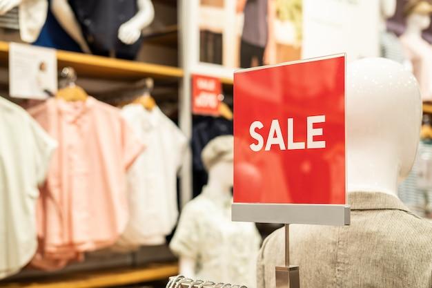 Bannière de vente et cadre publicitaire dans le grand magasin du centre commercial
