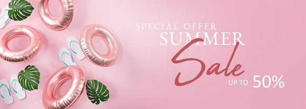 Bannière de vente d'été bannière rose. tongs, feuille et anneau de natation gonflable