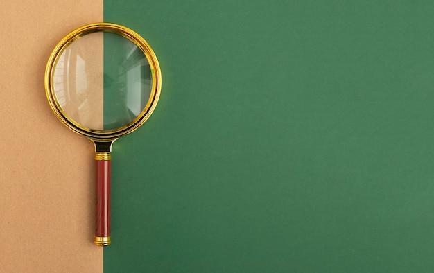 Bannière verte avec espace copie et loupe dorée