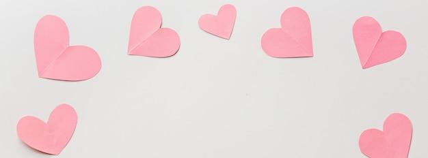 Bannière web avec coeurs roses