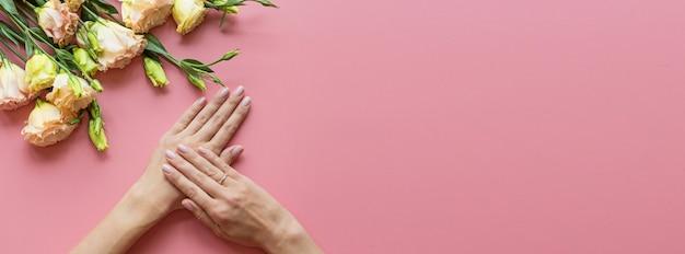 Bannière web avec des mains féminines