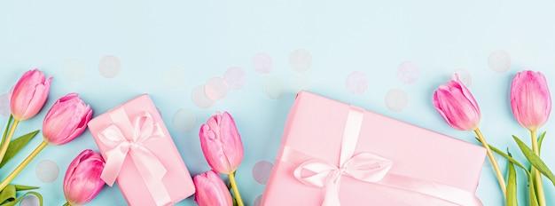 Bannière web avec tulipes et cadeaux