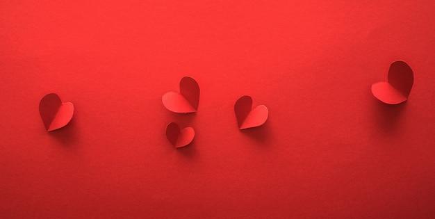 Bannières de la saint-valentin, style art papier herats sur papier rouge