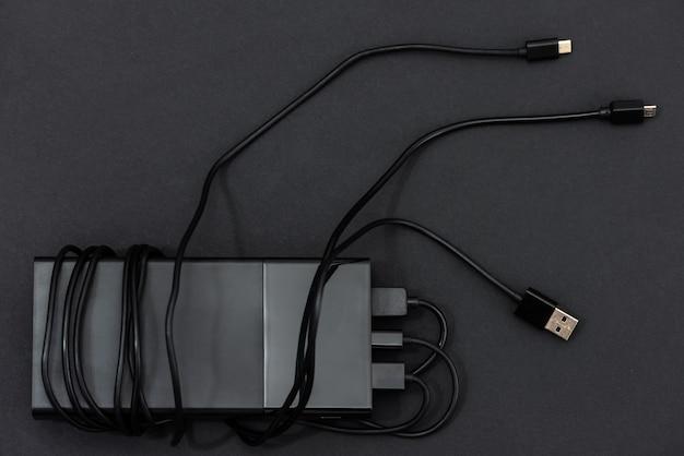 Banque d'alimentation avec câbles de charge.