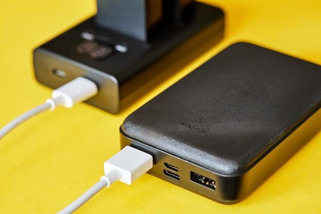 La banque d'alimentation charge les batteries à l'aide d'un câble usb