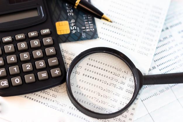Banque de livre, cartes de crédit, la calculatrice, un stylo à bille.