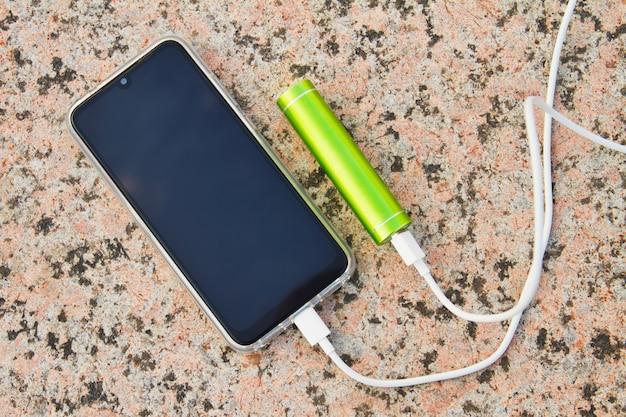 Banque de puissance externe chargeant le smartphone