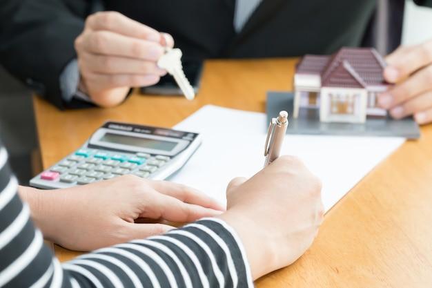 Les banques approuvent les prêts pour acheter des maisons. vendre un concept de maison