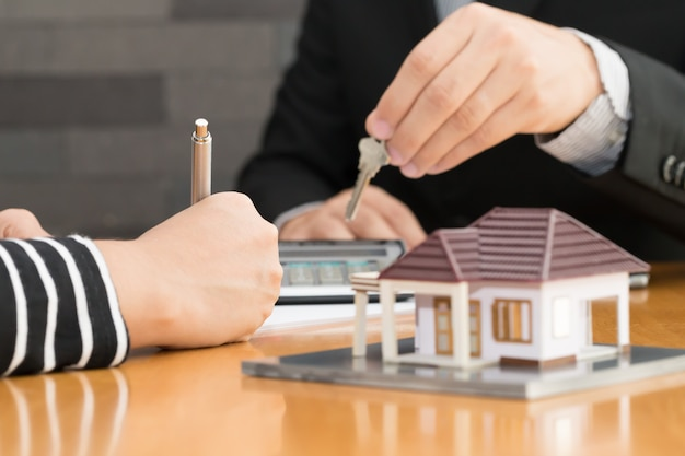 Les banques approuvent des prêts pour acheter des maisons