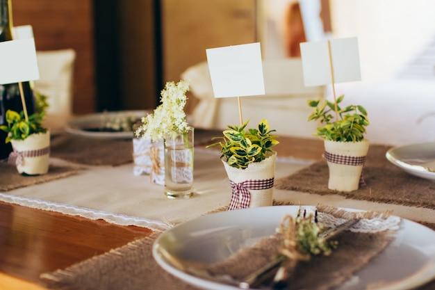 Banquet de mariage servi dans des décorations rustiques