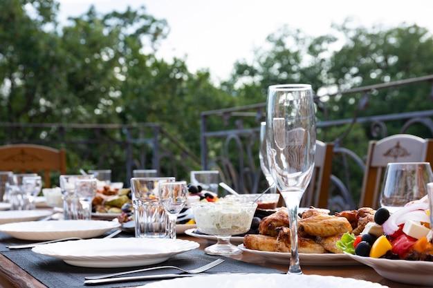 Banquet servi, table à manger avec plats, collations, verres à vin et à eau, cuisine européenne. mise au point sélective.