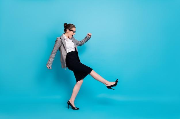 Le banquier photo côté profil pleine longueur rejeter les jambes de coup de pied crier porter une jupe veste blazer isolé fond de couleur bleu