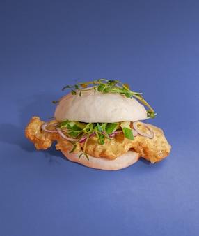 Bao burger au poulet et légumes sauce curry. cuisine coréenne traditionnelle. fermer. isolé