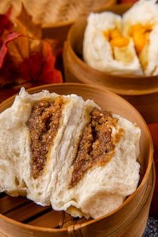 Baozi ou bakpao est un type de petit pain fourré au levain dans diverses cuisines chinoises il existe de nombreuses variantes de garnitures à base de viande ou végétariennes et de préparations bien que les petits pains soient le plus souvent cuits à la vapeur