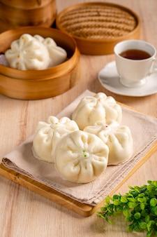 Baozi ou bakpao est un type de petit pain fourré au levain dans diverses cuisines chinoises