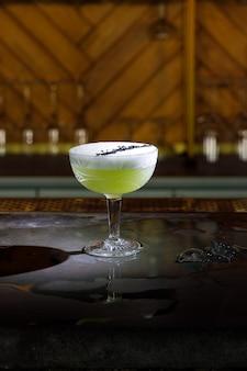 Bar à alcool, verre à cocktail sur le comptoir du bar, verre à cocktail dans un bar