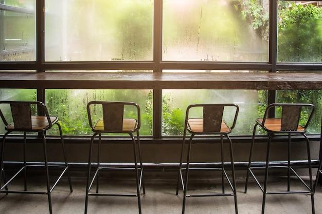 Bar comptoir et une chaise dans le café.
