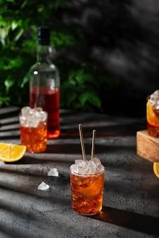 Bar conceprt. apérol cocktail italien d'été avec de la glace et orange, image de mise au point sélective
