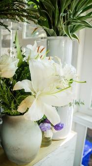 Bar décoré de fleurs blanches lilly et de fleurs blanches
