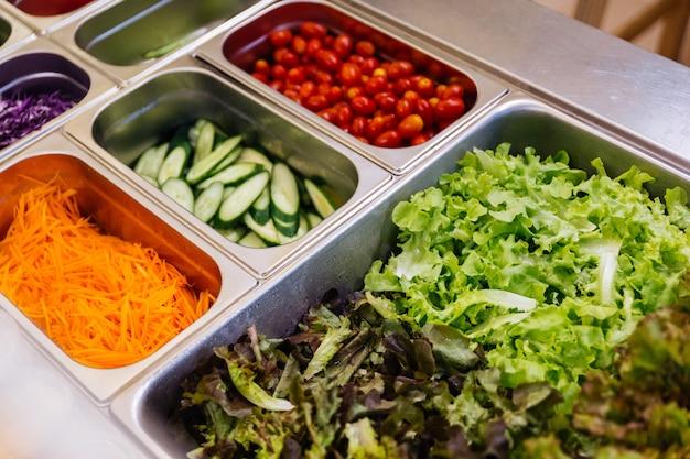 Bar à salade avec un assortiment d'ingrédients pour des repas sains et diététiques