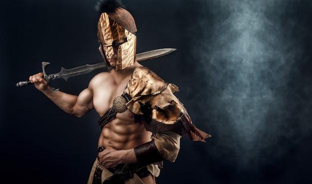 Barbare sévère en costume de cuir avec épée
