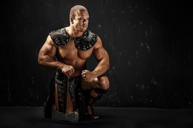 Barbare sévère en costume de cuir avec marteau