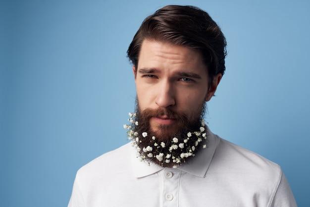 Barbe de chemises blanches bel homme avec la mode de coiffeur de décoration de fleurs