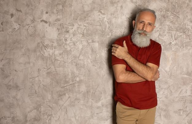Barbe parfaite. gros plan, personne agee, barbu, debout, contre, gris, fond