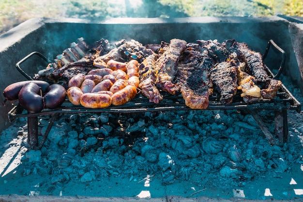 Barbecue argentin sur un grill aux braises de bois.