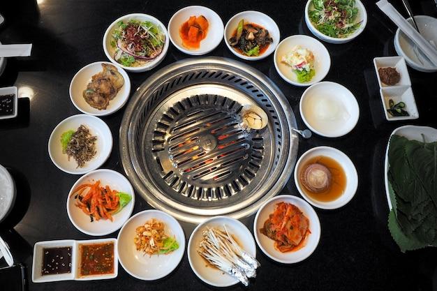 Le barbecue coréen avec table à grillades et légumes
