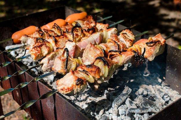 Barbecue de cuisine dans la nature. camping et pique-nique.