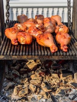 Barbecue de dinde sur le gril. nourriture de rue sur des charbons.