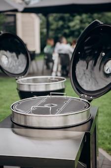 Barbecue à l'extérieur des amis de fête d'arrière-cour en arrière-plan événement familial week-end de vacances