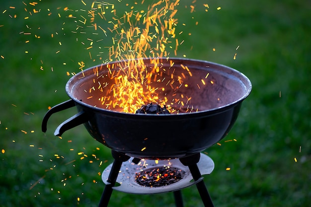 Barbecue avec feu sur la nature, extérieur, gros plan