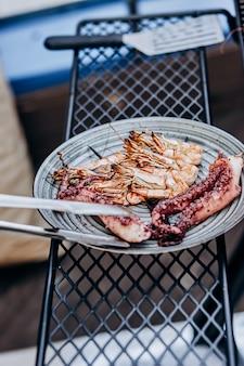 Barbecue de fruits de mer au barbecue. collection de crevettes de poulpe et de tigre grillées sur le gril
