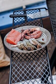 Barbecue de fruits de mer au barbecue. collection de poulpes, crevettes tigrées et saumon grillés sur grill
