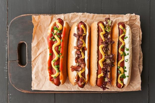 Barbecue hot-dog grillé à la moutarde américaine jaune, sur un fond en bois foncé