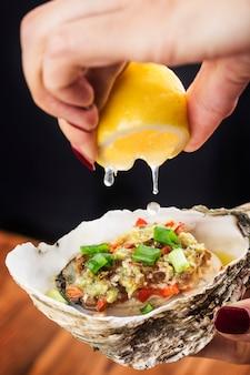 Barbecue d'huîtres fraîches ouvertes à l'ail,