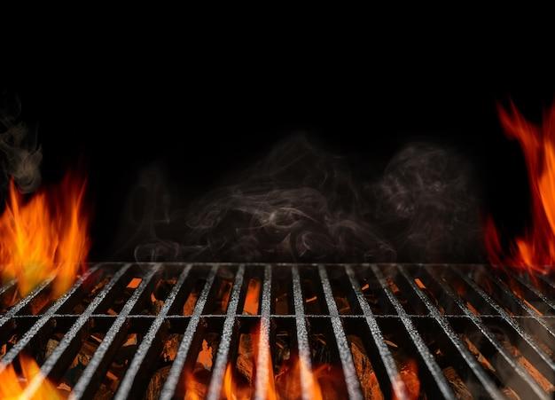 Barbecue portable vide chaud avec feu enflammé et charbon de bois de braise