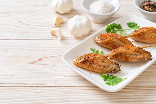 Barbecue de poulet grillé au poivre et à l'ail