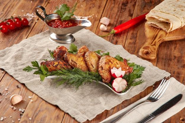 Barbecue de poulet grillé, fond de bois
