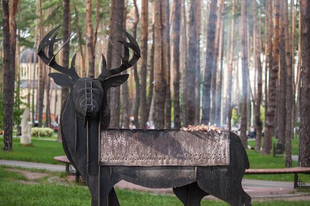 Barbecue et rôti de porc dans le parc, forêt. bonne journée les weekends