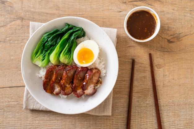 Barbecue de rôti de porc rouge sur du riz