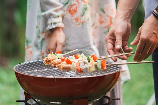Barbecue avec satay grillé
