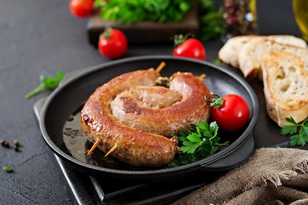 Barbecue de saucisses maison. menu pique-nique. cuisine festive