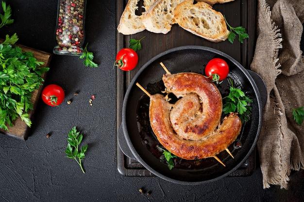 Barbecue de saucisses maison. menu pique-nique. nourriture festive vue de dessus. mise à plat.