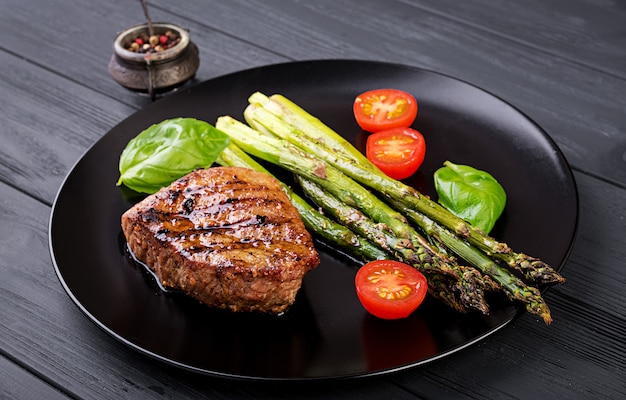Barbecue steak de bœuf grillé avec asperges et tomates.